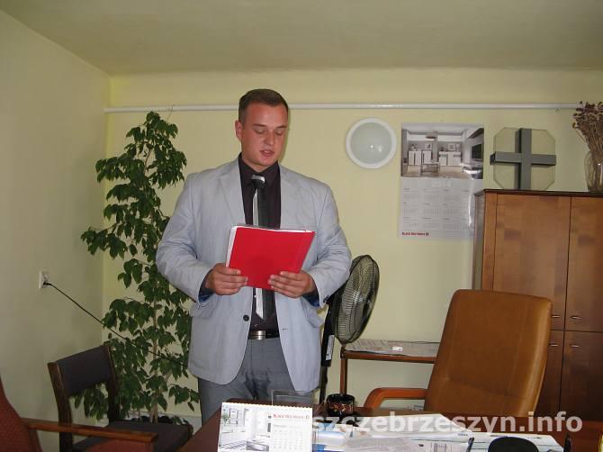 Pełniący  obowiązki dyrektora w SP ZOZ w Szczebrzeszynie, Grzegorz Kusiak odczytujący oświadczenie po spotkaniu Rady Społecznej szpitala. Fot. Tomasz Gaudnik