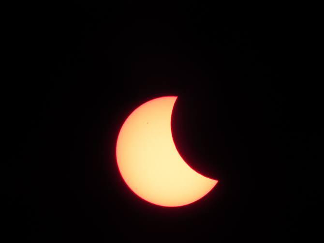 Początek zaćmienia Słońca widoczny w Szczebrzeszynie. Fot. Tomasz Gaudnik