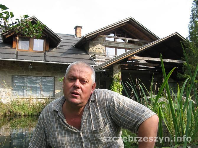 Grzegorz Król przed swoją pracownią. Fot. Tomasz Gaudnik / Archiwum