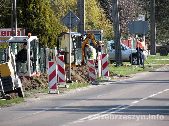 Prace przy budowie światłowodowej sieci szkieletowej w Szczebrzeszynie, przy ul. Zamojskiej. Fot. Tomasz Gaudnik