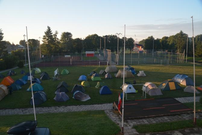 Wielu uczestników rajdu nocowało w namiotach na szkolnym boisku w Szczebrzeszynie. Foto: Janusz Kapecki