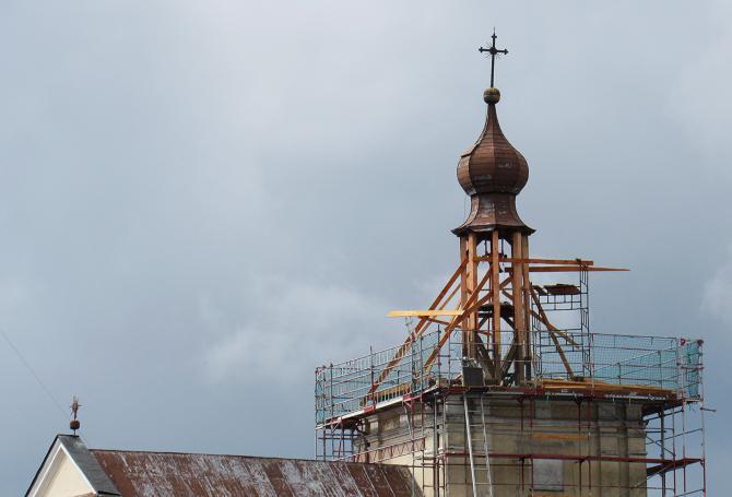 Trwa wymiana więźby dachowej na wieży kościoła. Foto: Tomasz Gaudnik